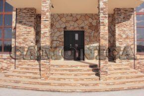 Облицовка входа дома песчаником желто-рыжим, лапша, плитка, рваный край.