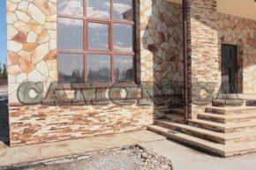 Применение песчаника желто-рыжего в наружной отделке загородного дома.